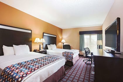 Room | La Quinta Inn & Suites by Wyndham Indianapolis Airport West