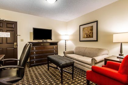Living Area | Evangeline Downs Hotel, an Ascend Hotel Collection Member