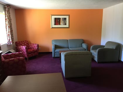 Living Area | Laketree Inn And Suites Marion