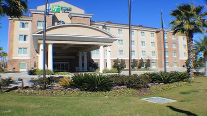 Hotel Front | Holiday Inn Express & Suites Gonzales