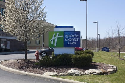 Property Grounds | Holiday Inn Express & Suites Youngstown West - Austintown