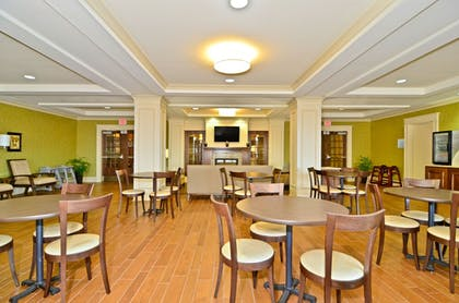 Restaurant | Holiday Inn Express and Suites Williston