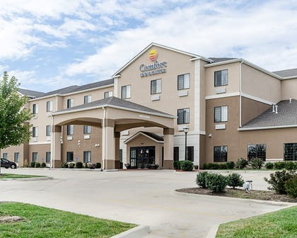 Hotel Front | Comfort Inn & Suites Lawrence - University Area