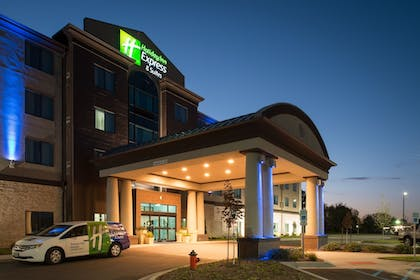 Featured Image | Holiday Inn Express and Suites Kansas City Airport