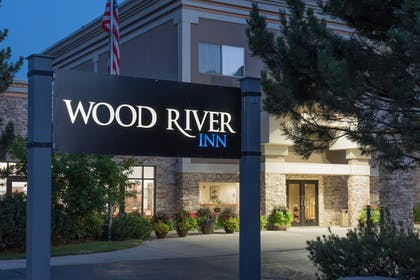 Hotel Front - Evening/Night | Wood River Inn & Suites