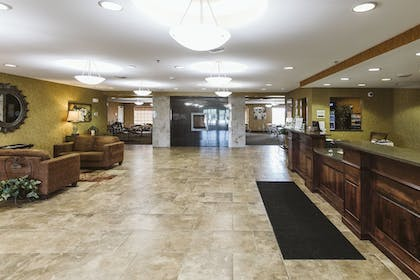 Lobby Sitting Area | Expressway Suites Minot