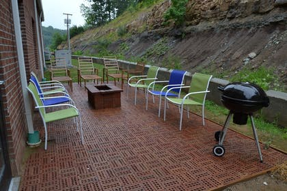 BBQ/Picnic Area | Holiday Inn Express Hotel & Suites Cross Lanes