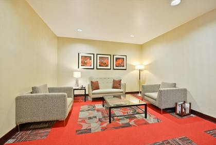 Living Area | Holiday Inn Express & Suites Utica