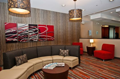 Lobby Sitting Area | Holiday Inn Express & Suites Columbus - Easton Area
