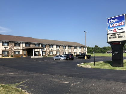 Hotel Front | Sky Lodge Inn & Suites