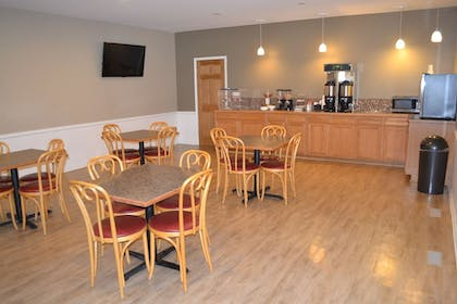 Breakfast Area | Sky Lodge Inn & Suites