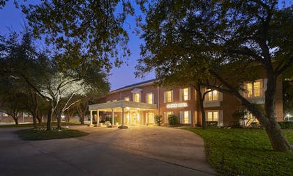 Hotel Front - Evening/Night | Cooper Hotel Conference Center & Spa