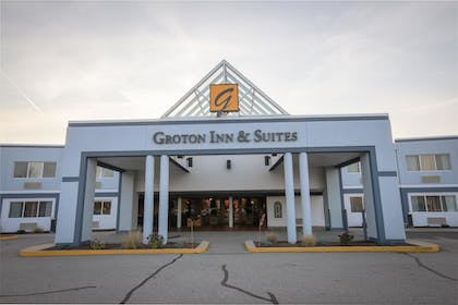 Hotel Entrance | Groton Inn and Suites
