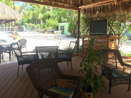 Outdoor Dining | The Pelican Key Largo Cottages