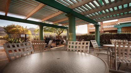 BBQ/Picnic Area | Best Western Gardens Hotel at Joshua Tree National Park