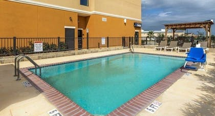Outdoor Pool | Comfort Suites Cotulla near I-35