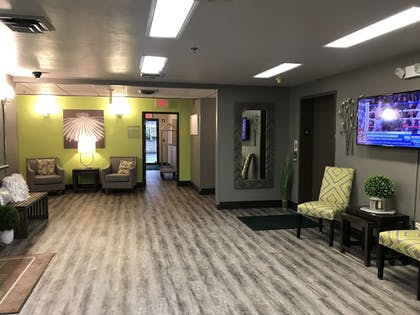 Lobby Sitting Area | Extended Stay Airport