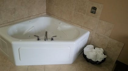 Jetted Tub | Rock Island Inn & Suites