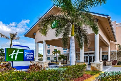 Hotel Entrance | Holiday Inn Express & Suites Lantana