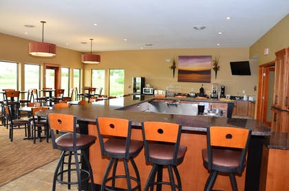 Hotel Bar | Cobblestone Inn & Suites - Newton