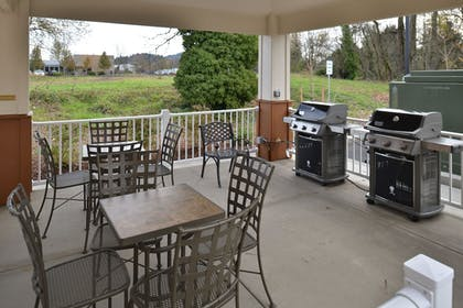 BBQ/Picnic Area | Candlewood Suites Eugene Springfield