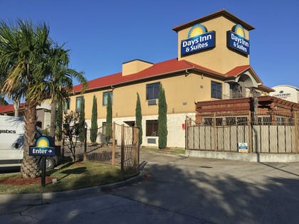 Hotel Front | Days Inn & Suites by Wyndham Houston North-Spring