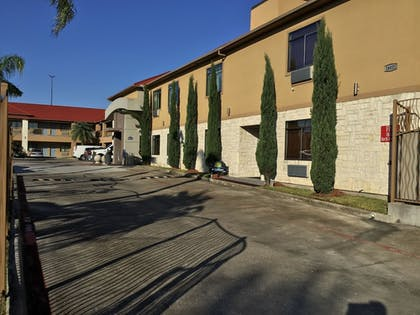 Property Grounds | Days Inn & Suites by Wyndham Houston North-Spring