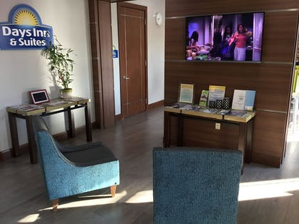 Lobby Sitting Area | Days Inn & Suites by Wyndham Houston North-Spring