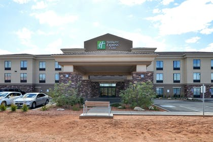 Exterior   Holiday Inn Express & Suites Page