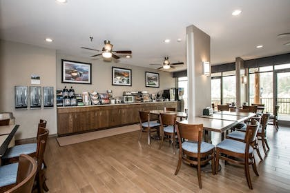 Breakfast Area | The Pine Lodge on Whitefish River, Ascend Hotel Collection