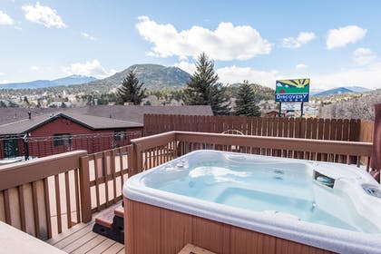 Outdoor Spa Tub | Discovery Lodge