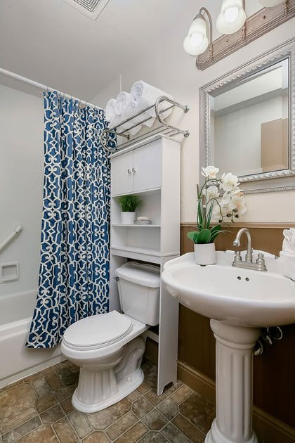 Bathroom | Bond Hotel & Extended Stay