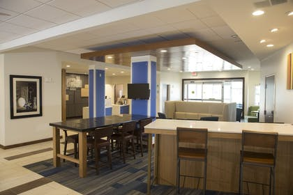 Lobby Lounge | Holiday Inn Express & Suites Rochester Hill - Detroit Area