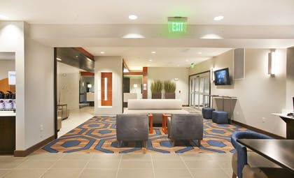 Lobby Sitting Area | Holiday Inn Express & Suites Hot Springs