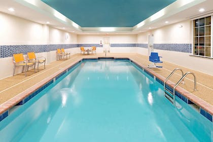 Pool | La Quinta Inn & Suites by Wyndham Little Rock - West