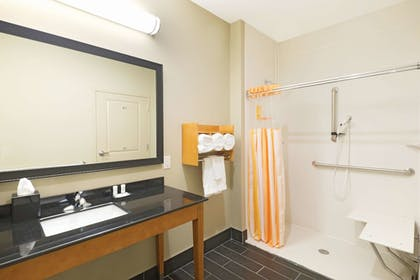 Bathroom | La Quinta Inn & Suites by Wyndham Little Rock - West