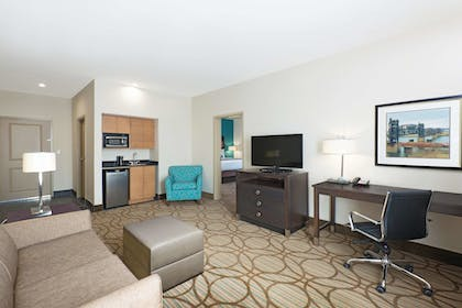 Guestroom | La Quinta Inn & Suites by Wyndham Little Rock - West