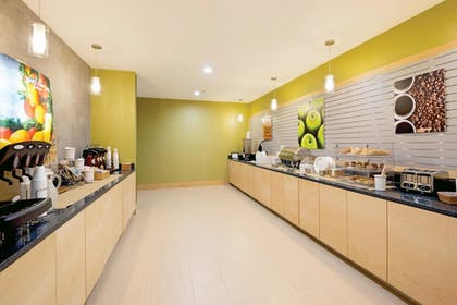 Breakfast Area | La Quinta Inn & Suites by Wyndham Little Rock - West