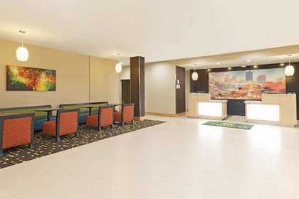 Lobby | La Quinta Inn & Suites by Wyndham Little Rock - West